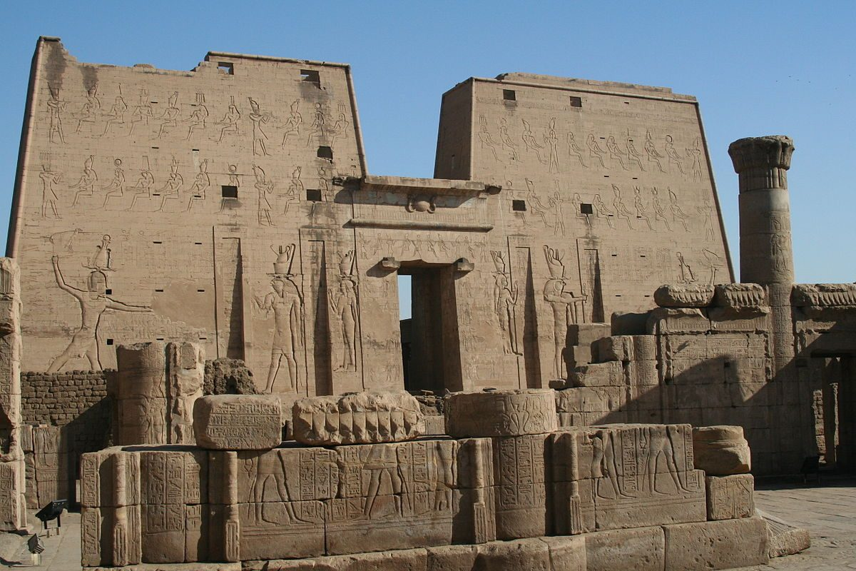 1200px-S_F-E-CAMERON_EGYPT_2006_FEB_00289